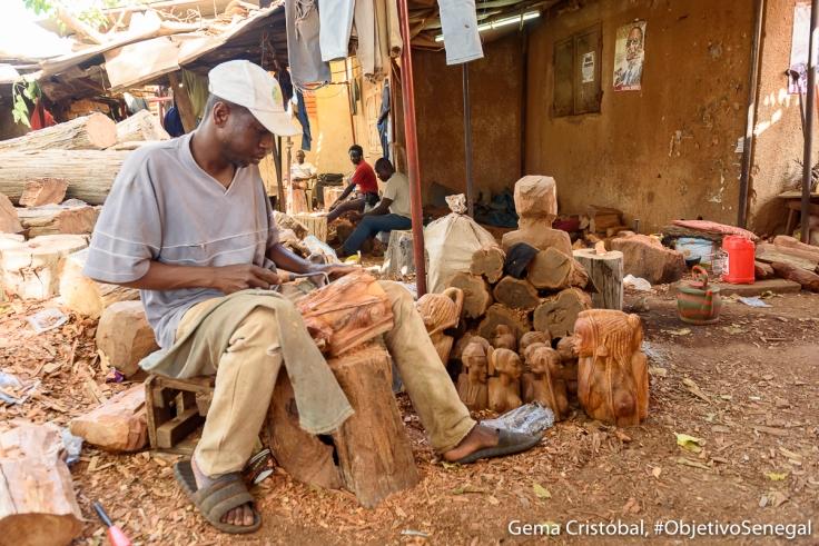 Artesano en el mercado de Soumbedioune